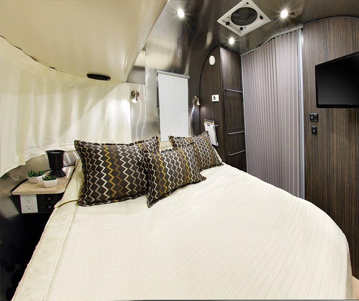 Photo Tour of the 2016 Airstream International Signature 23FB // localadventurer.com