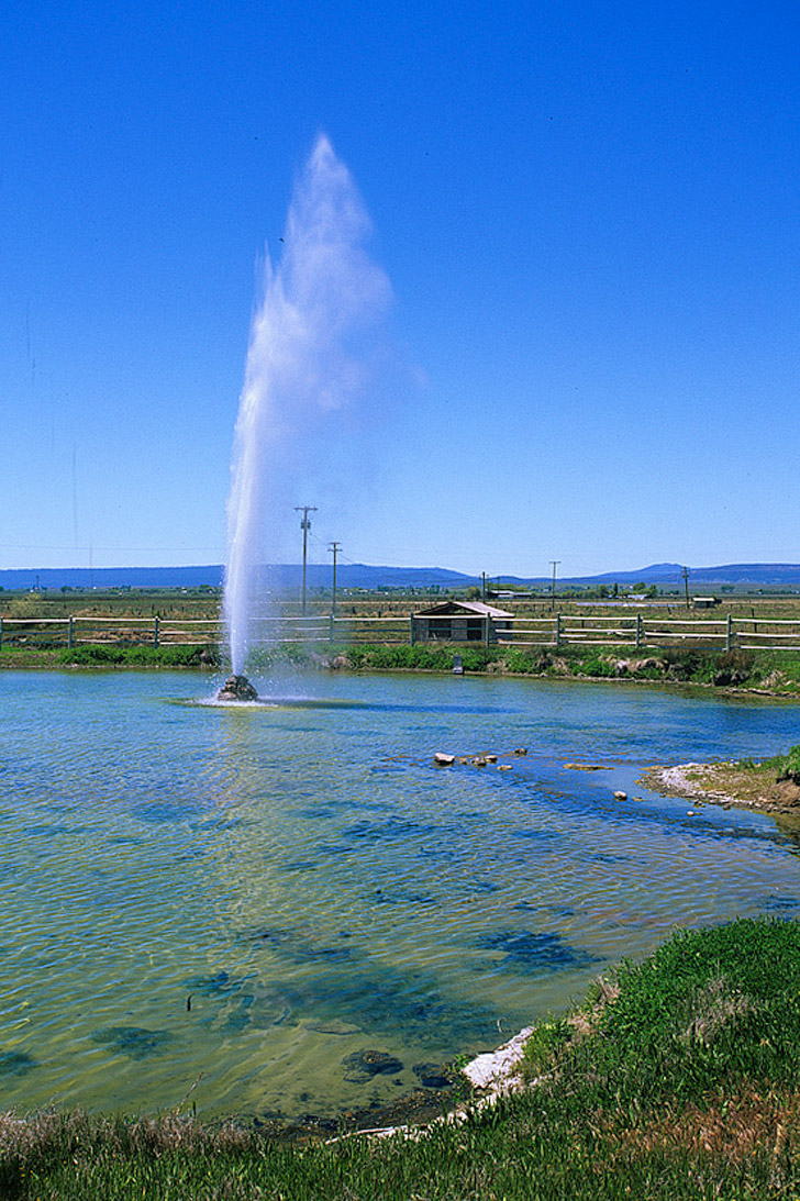 Old Perpetual Geyser in Oregon + 9 Reasons Why Oregon is the Iceland of America // localadventurer.com