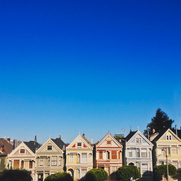 Picnic across from Painted Ladies in Alamo Square + 25 Fun Free Things to Do in San Francisco // Local Adventurer #sanfrancisco #bayarea #sf