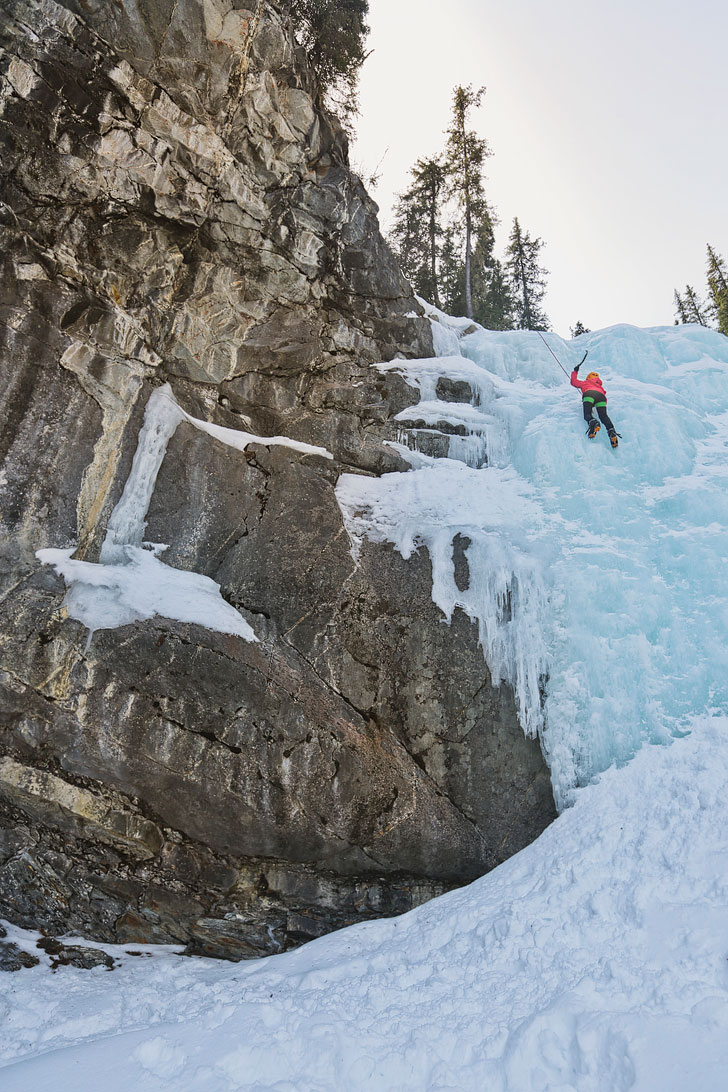 Want to know how to ice climb? Check out our Introduction to Ice Climbing. Photo: Edge of the World, Jasper National Park, Alberta, Canada // Local Adventurer #jasper #iceclimbing