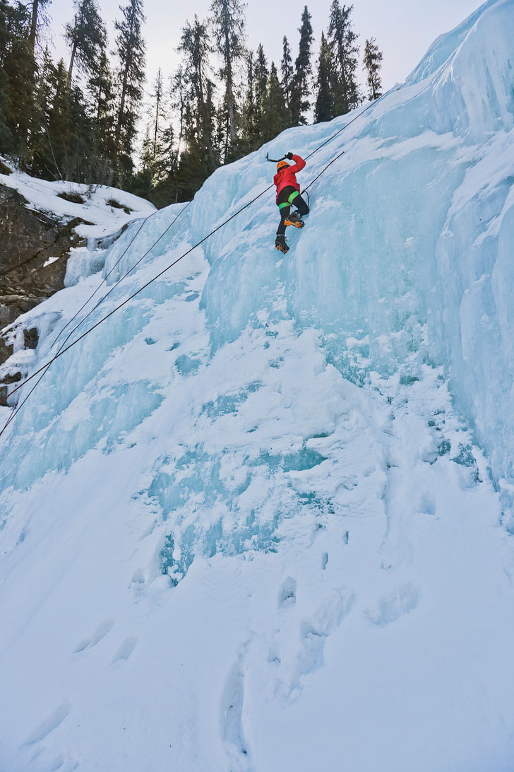Want to learn how to ice climb? Check out our Introduction to Ice Climbing. Photo: Edge of the World, Jasper National Park, Alberta, Canada // Local Adventurer #jasper #iceclimbing