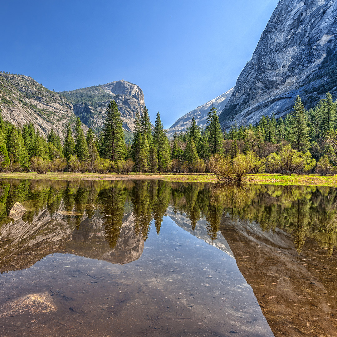 Mirror Lake Hike + Traveling to Yosemite National Park? Take a look at these 11 best hikes in Yosemite National Park. These Yosemite hiking trails are also some of the best hiking trails in California and the US that you'll want to add to your hiking bucket lists. They take you to some of the most beautiful places and best views in Yosemite. (photo: Nietnagel) // Local Adventurer #localadventurer #yosemite #california #nationalpark #visitcalifornia #visitca #findyourpark